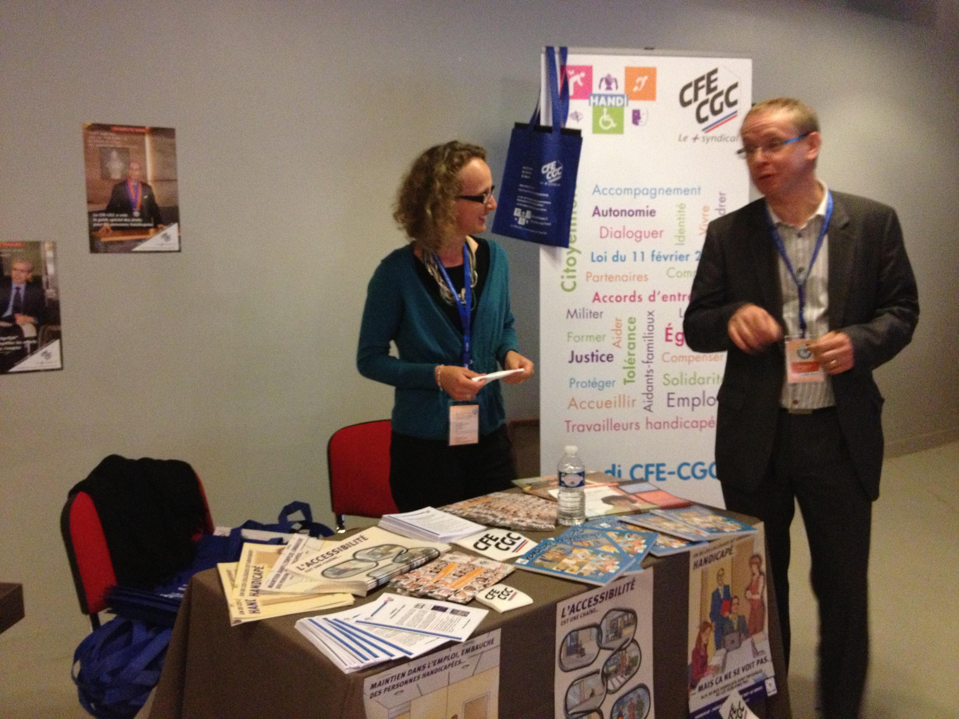 Marie-Laure en pleine conversation avec un congressiste au stand handicap CFE-CGC